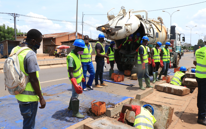 Lancement de l'opération de curage de caniveaux dans le grand Lomé